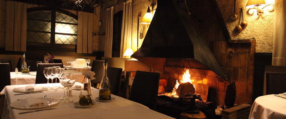 restaurante-casteldefels-salon-con-chimenea