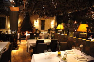 restaurante-castelldefels-salon-con-chimenea