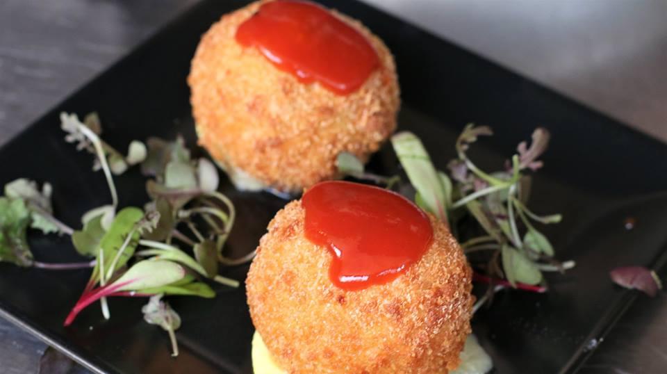 capricho-de-brie-y-butifarra-negra-restaurante-las-botas-castelldefels